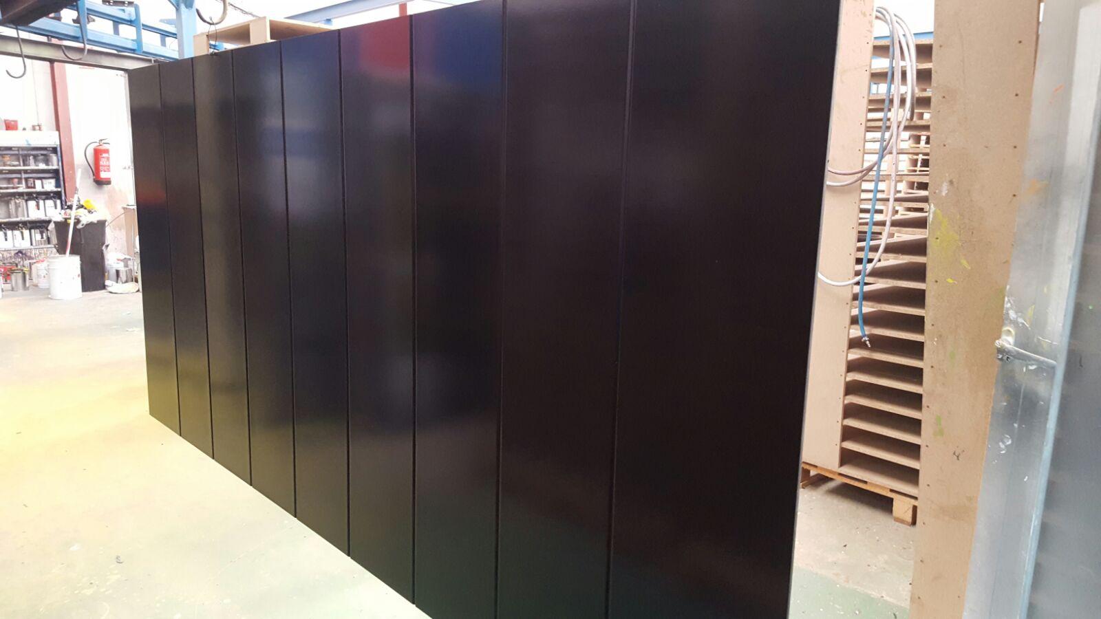panel-puerta-de-calle-lacado-en-negro